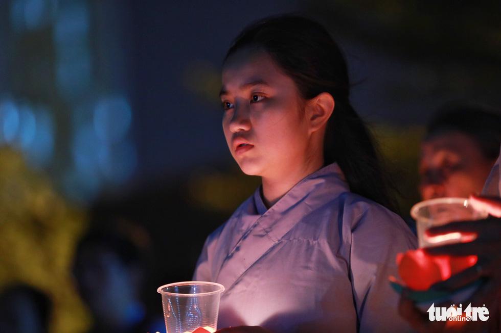 Kinh Phật vang đêm cầu siêu nạn nhân vụ cháy chung cư Carina - Ảnh 1.
