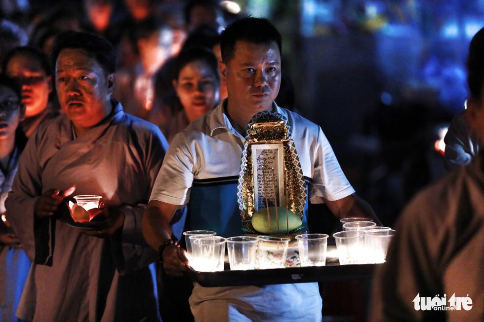 Kinh Phật vang đêm cầu siêu nạn nhân vụ cháy chung cư Carina - Ảnh 5.