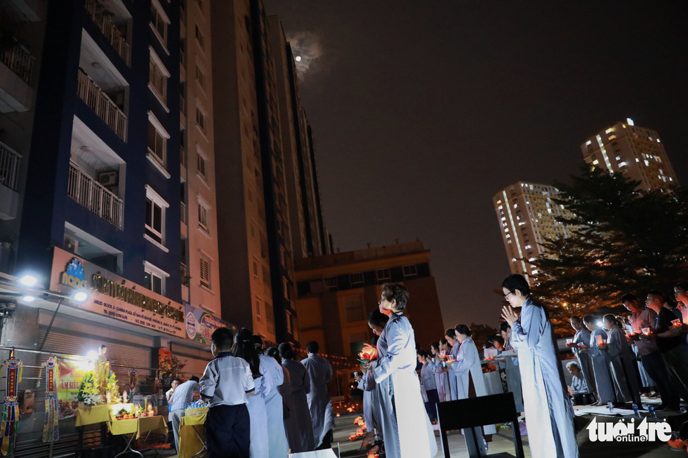 Kinh Phật vang đêm cầu siêu nạn nhân vụ cháy chung cư Carina - Ảnh 7.