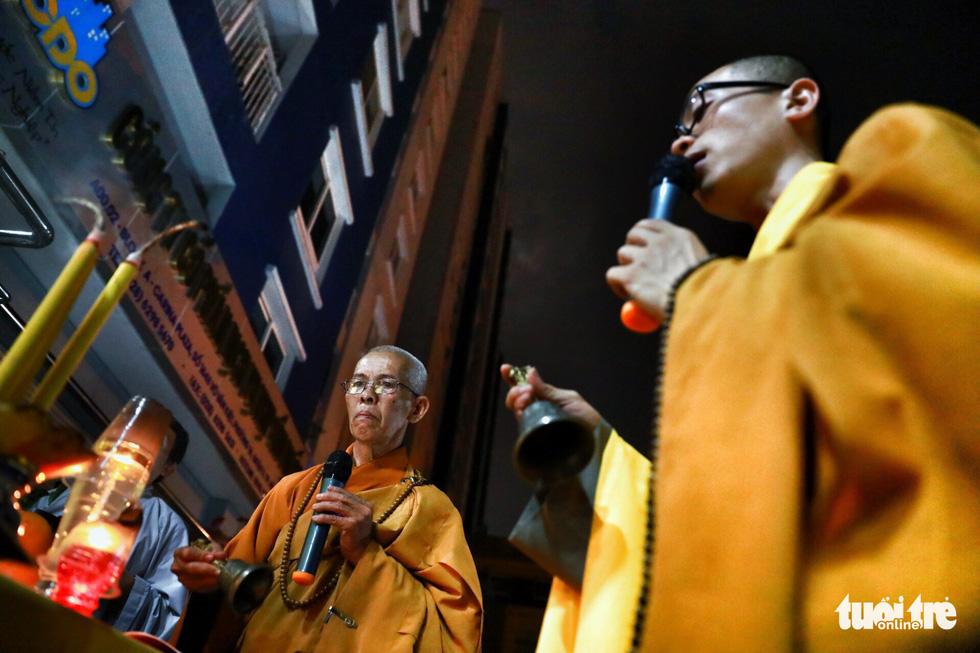 Kinh Phật vang đêm cầu siêu nạn nhân vụ cháy chung cư Carina - Ảnh 10.