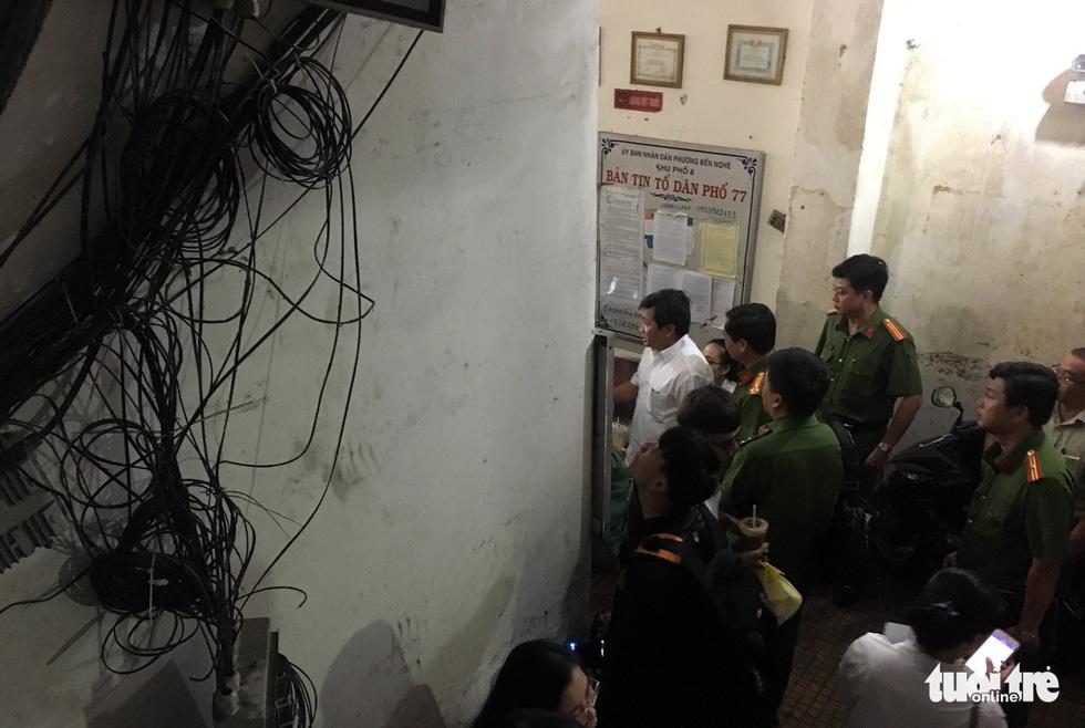 Rùng mình với hệ thống điện, cáp trong chung cư cũ ở Sài Gòn - Ảnh 3.