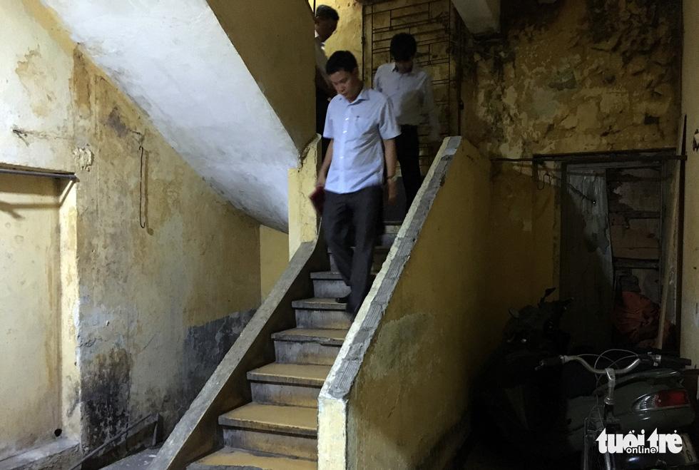 Rùng mình với hệ thống điện, cáp trong chung cư cũ ở Sài Gòn - Ảnh 2.