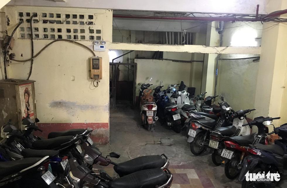 Rùng mình với hệ thống điện, cáp trong chung cư cũ ở Sài Gòn - Ảnh 7.