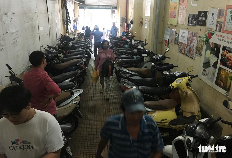 Rùng mình với hệ thống điện, cáp trong chung cư cũ ở Sài Gòn - Ảnh 4.