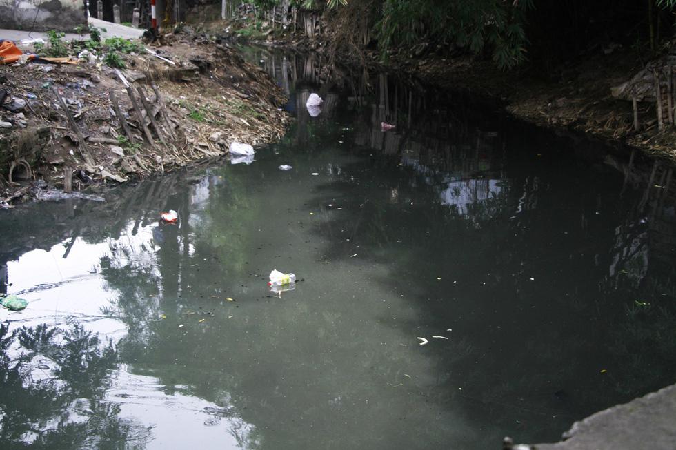 Dân sống khổ bên sông Cầu Đá đổi màu đen đặc - Ảnh 2.
