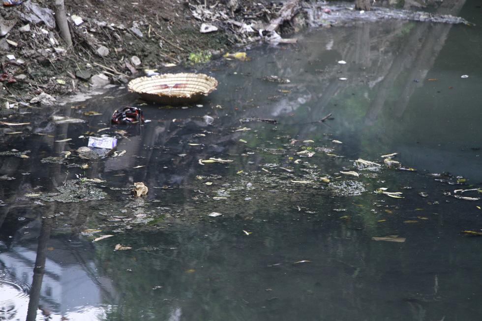 Dân sống khổ bên sông Cầu Đá đổi màu đen đặc - Ảnh 4.