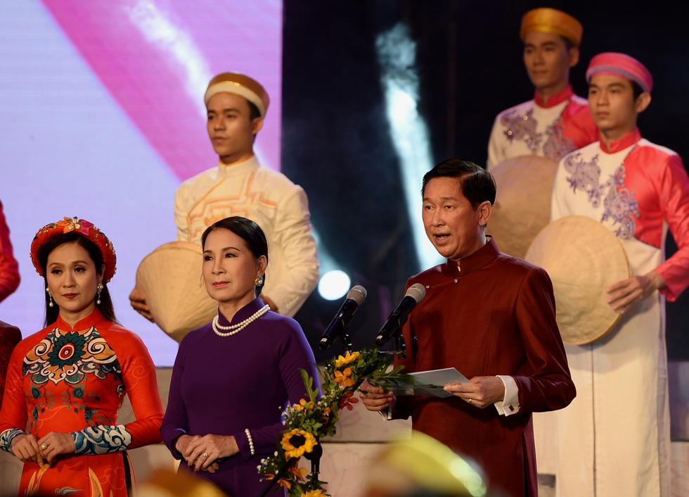Ngắm những bộ áo dài đẹp mắt trong Lễ hội Áo dài TP.HCM - Ảnh 1.