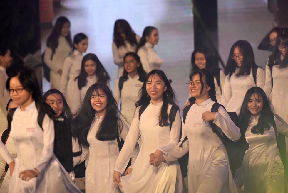 Ngắm những bộ áo dài đẹp mắt trong Lễ hội Áo dài TP.HCM - Ảnh 6.