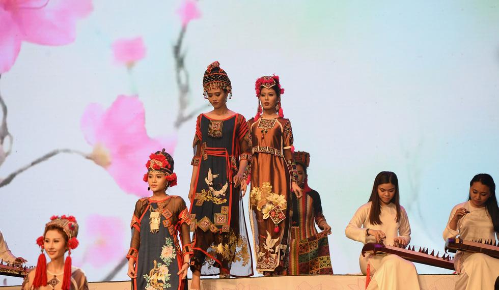 Ngắm những bộ áo dài đẹp mắt trong Lễ hội Áo dài TP.HCM - Ảnh 5.