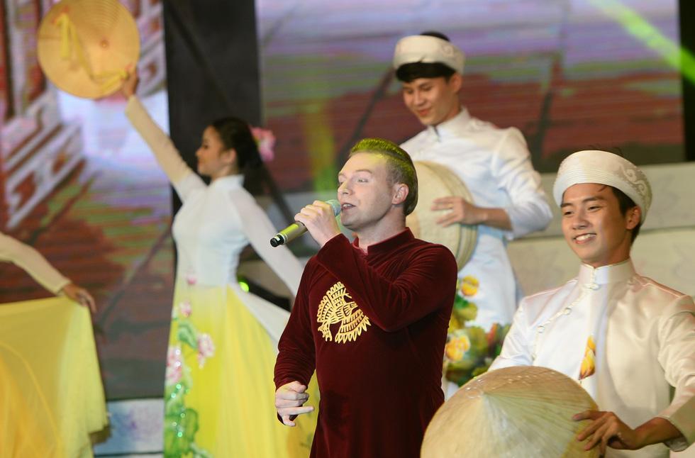 Ngắm những bộ áo dài đẹp mắt trong Lễ hội Áo dài TP.HCM - Ảnh 4.