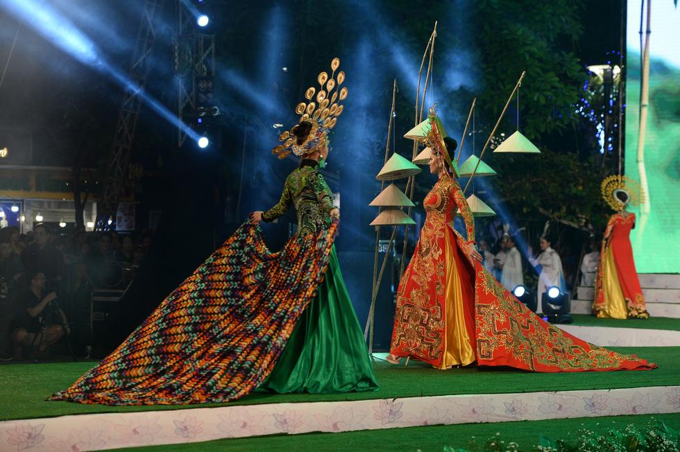 Ngắm những bộ áo dài đẹp mắt trong Lễ hội Áo dài TP.HCM - Ảnh 12.