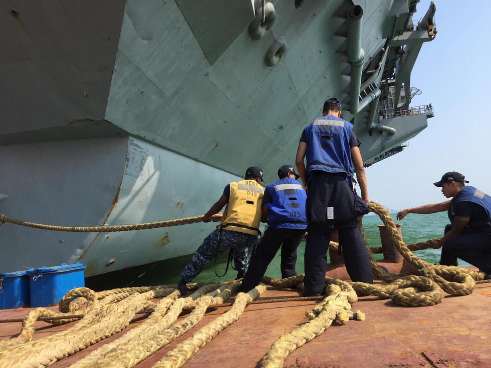 Những hình ảnh mới nhất của tàu sân bay USS Carl Vinson neo đậu ở Đà Nẵng - Ảnh 1.