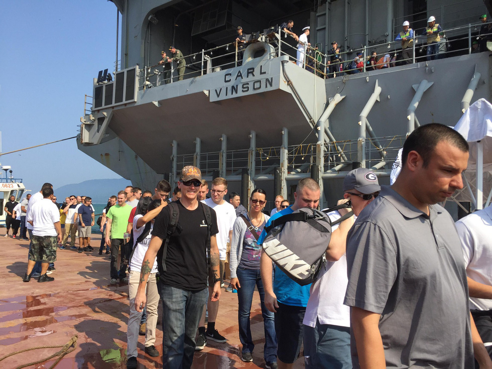 Những hình ảnh mới nhất của tàu sân bay USS Carl Vinson neo đậu ở Đà Nẵng - Ảnh 2.