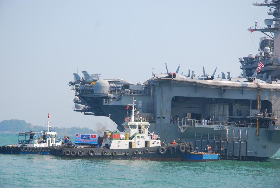 Những hình ảnh mới nhất của tàu sân bay USS Carl Vinson neo đậu ở Đà Nẵng - Ảnh 4.