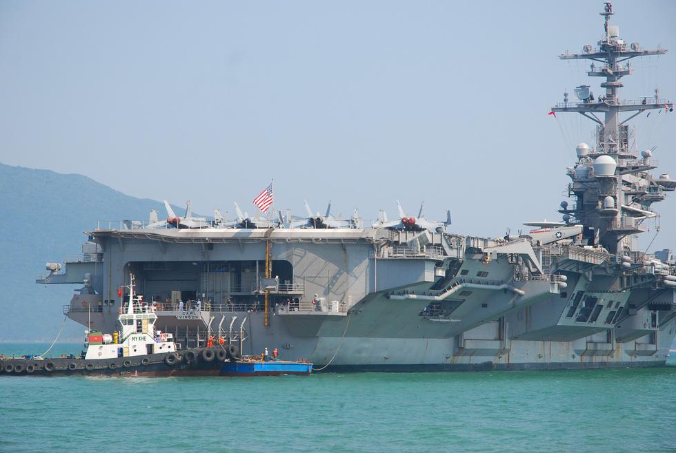 Những hình ảnh mới nhất của tàu sân bay USS Carl Vinson neo đậu ở Đà Nẵng - Ảnh 5.