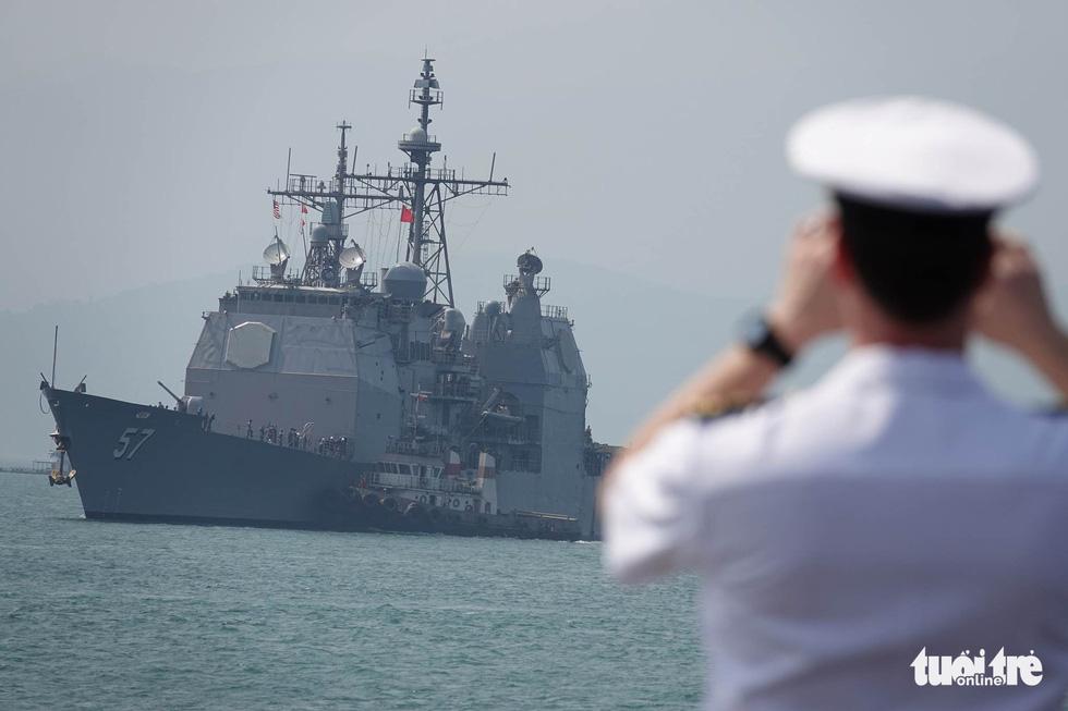 Những hình ảnh mới nhất của tàu sân bay USS Carl Vinson neo đậu ở Đà Nẵng - Ảnh 16.