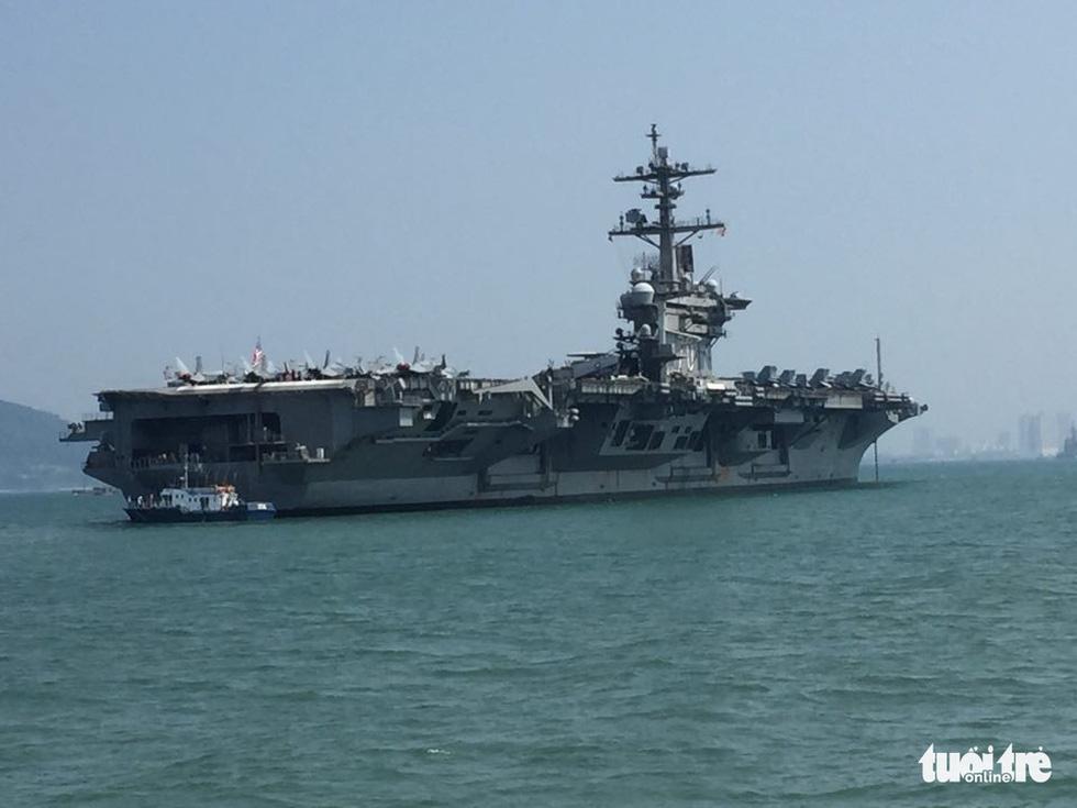 Những hình ảnh mới nhất của tàu sân bay USS Carl Vinson neo đậu ở Đà Nẵng - Ảnh 6.