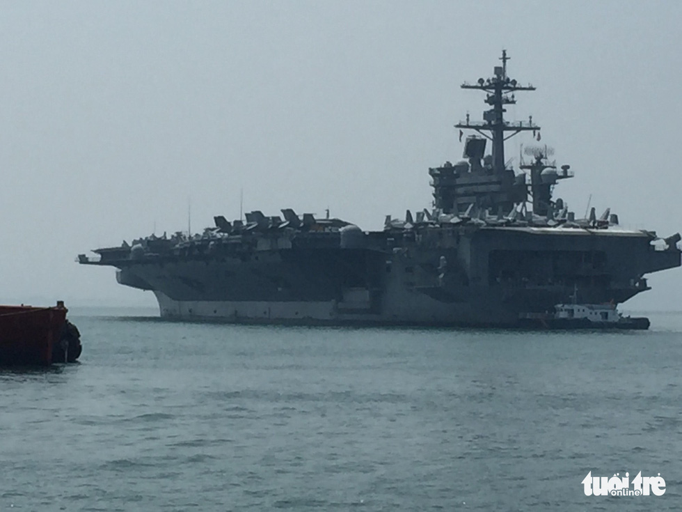 Những hình ảnh mới nhất của tàu sân bay USS Carl Vinson neo đậu ở Đà Nẵng - Ảnh 7.