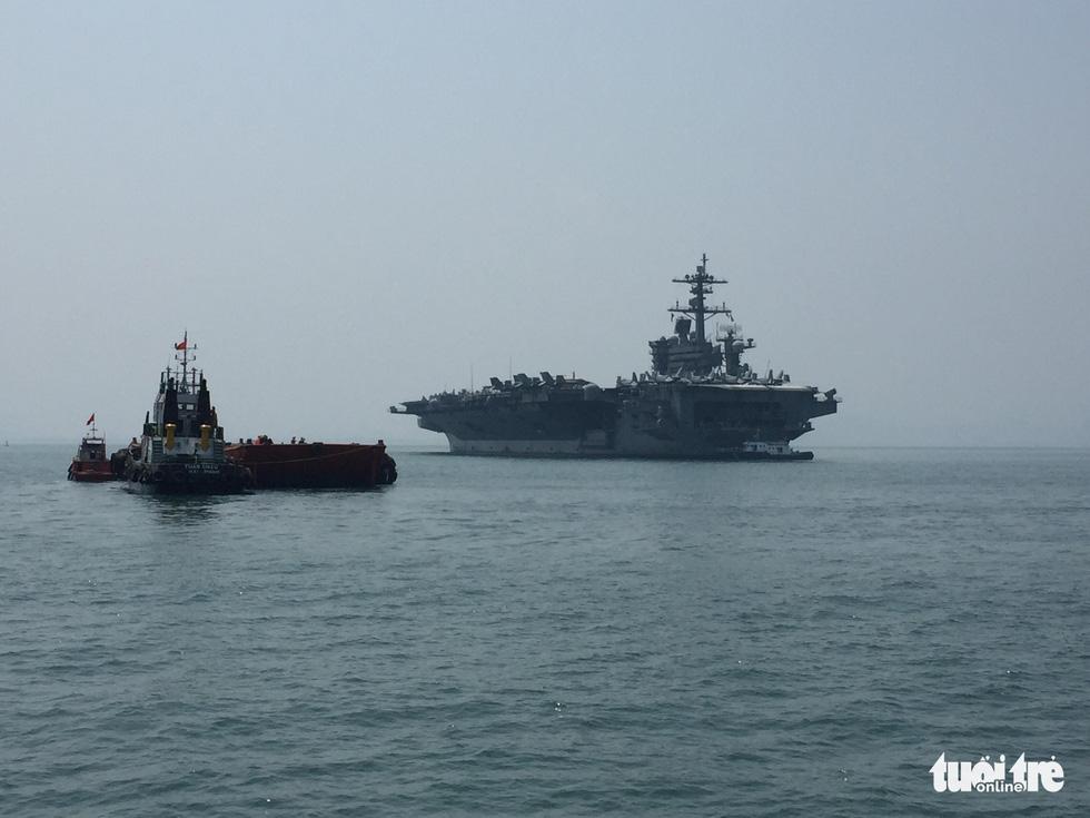 Những hình ảnh mới nhất của tàu sân bay USS Carl Vinson neo đậu ở Đà Nẵng - Ảnh 8.