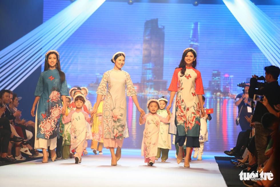 Ngọc Hân thiết kế, cùng Đỗ Mỹ Linh trình diễn thời trang trẻ em - Ảnh 1.