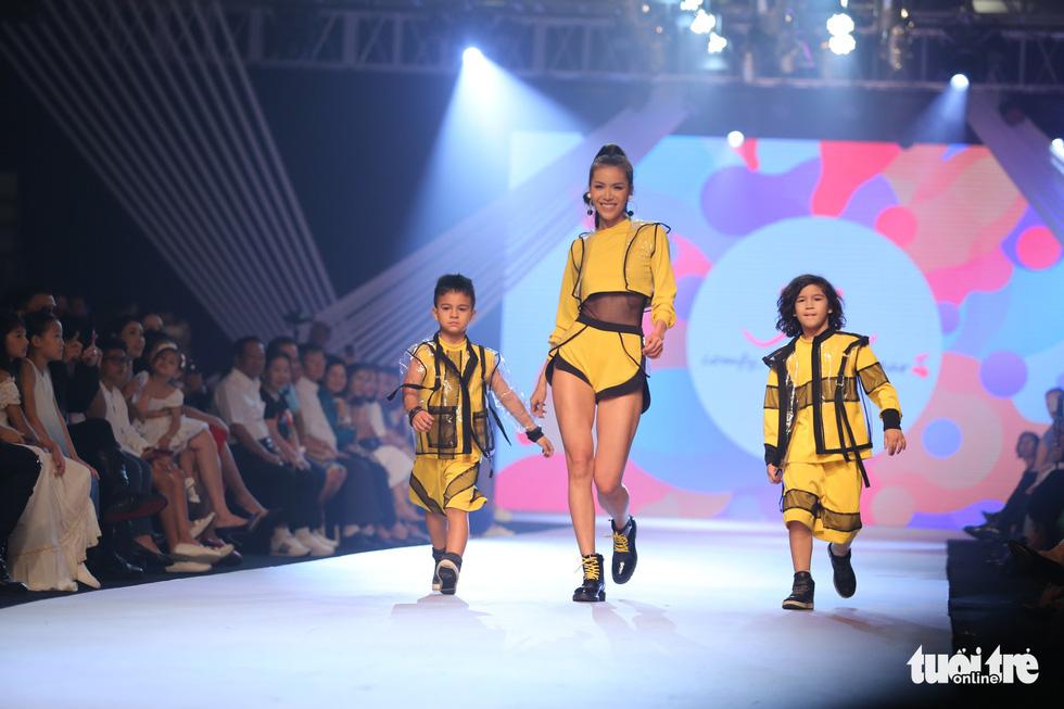 Ngọc Hân thiết kế, cùng Đỗ Mỹ Linh trình diễn thời trang trẻ em - Ảnh 22.