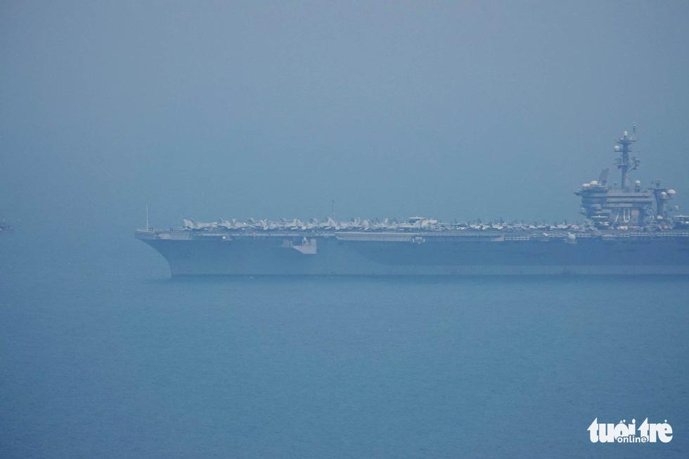Những hình ảnh mới nhất của tàu sân bay USS Carl Vinson neo đậu ở Đà Nẵng - Ảnh 10.