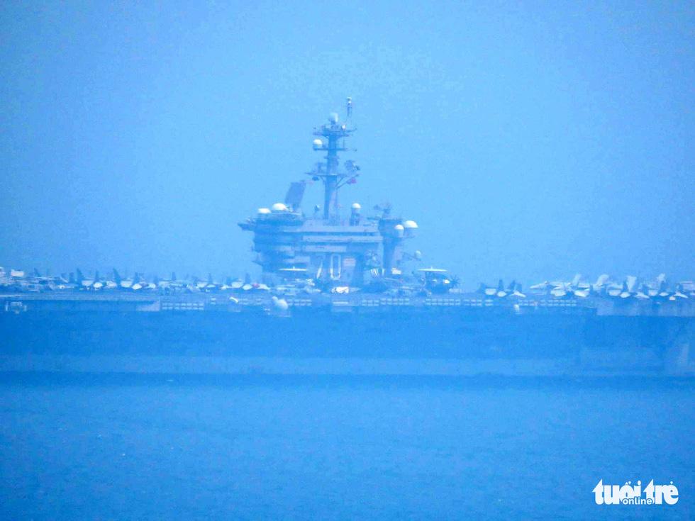 Những hình ảnh mới nhất của tàu sân bay USS Carl Vinson neo đậu ở Đà Nẵng - Ảnh 11.