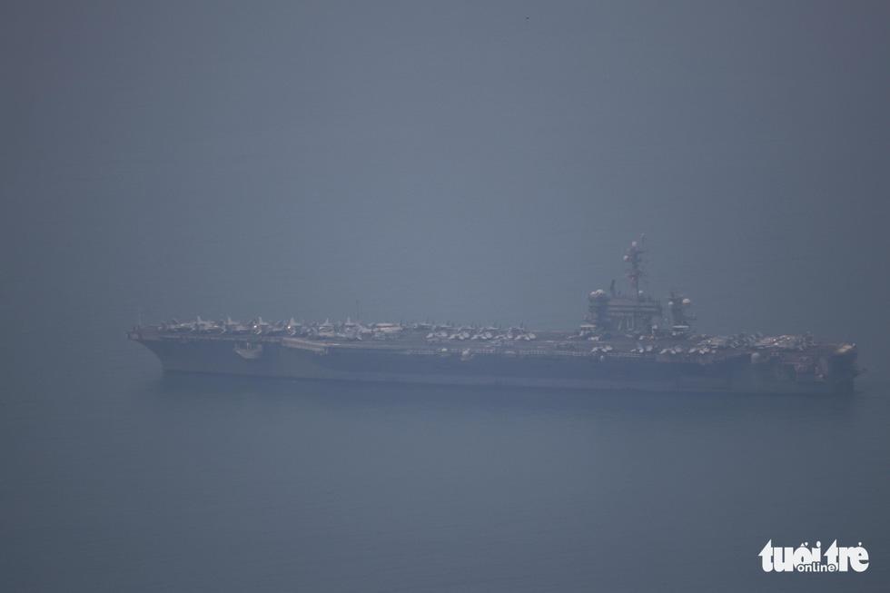Những hình ảnh mới nhất của tàu sân bay USS Carl Vinson neo đậu ở Đà Nẵng - Ảnh 13.
