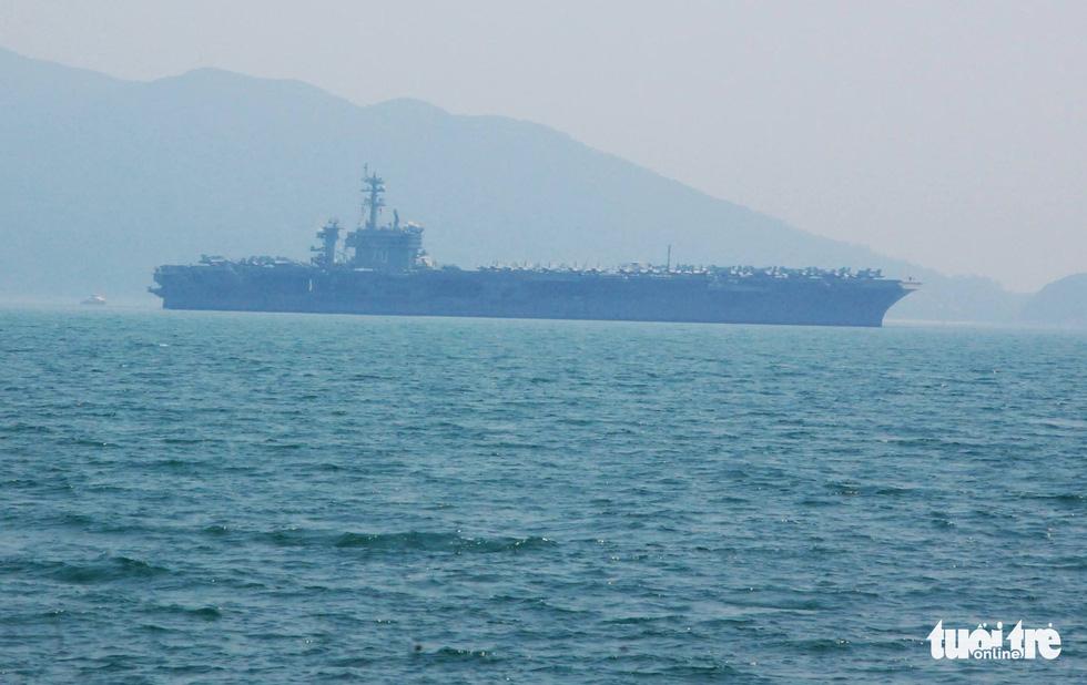 Những hình ảnh mới nhất của tàu sân bay USS Carl Vinson neo đậu ở Đà Nẵng - Ảnh 14.