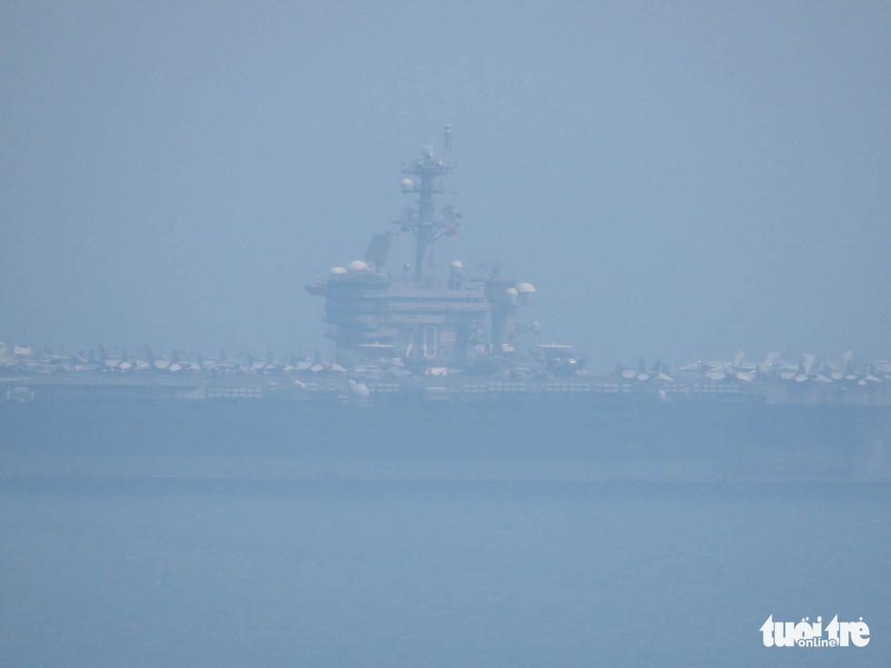Những hình ảnh mới nhất của tàu sân bay USS Carl Vinson neo đậu ở Đà Nẵng - Ảnh 12.