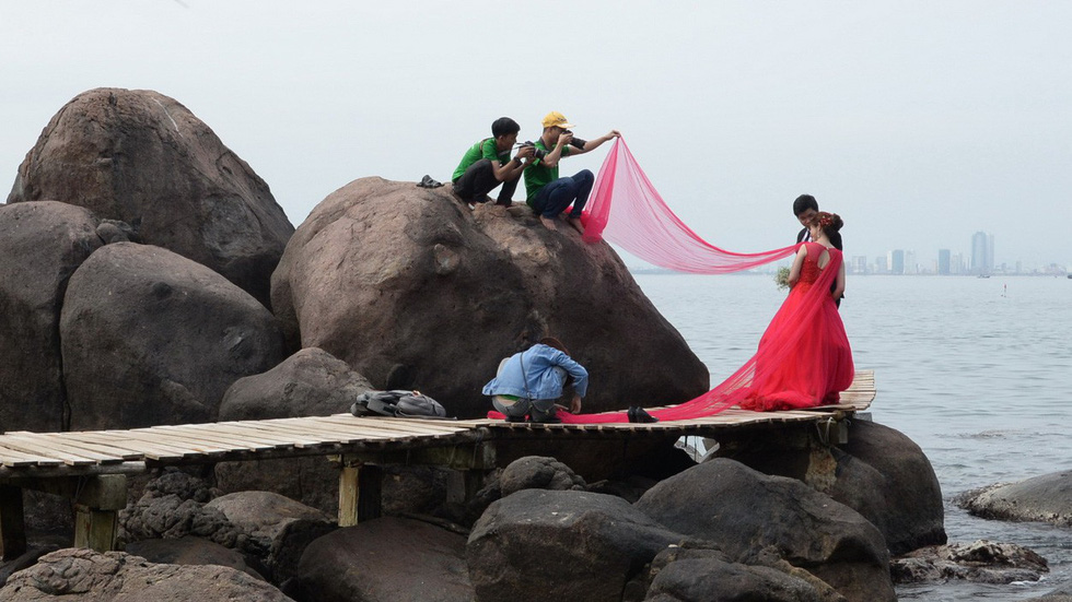 Chụp ảnh cưới ở Sơn Trà có nguy hiểm? - Ảnh 1.