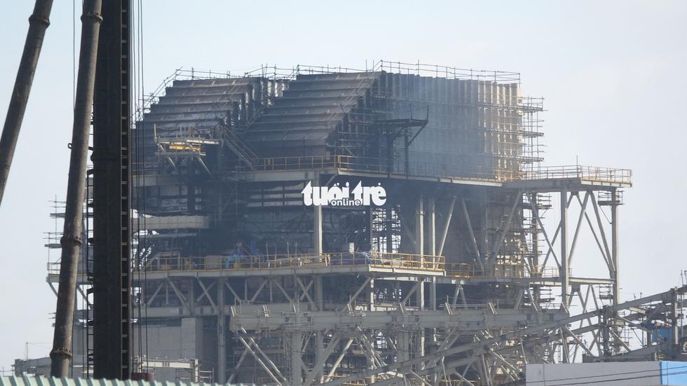 Hơn 2 giờ dập tắt đám cháy tại công trình nhà máy nhiệt điện Duyên Hải - Ảnh 1.