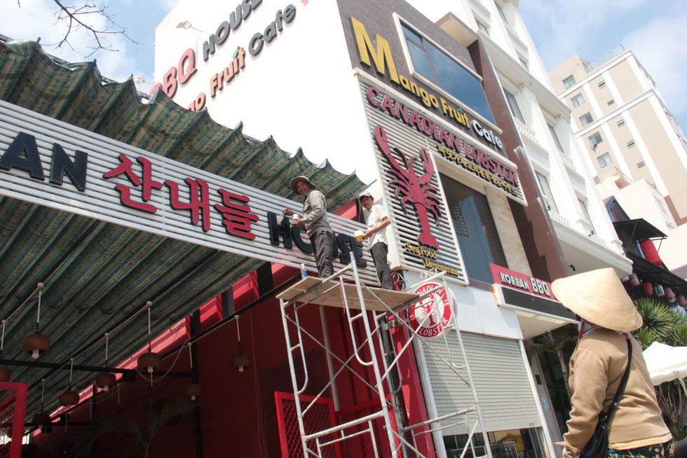 Bảng hiệu tiếng nước ngoài  đè tiếng Việt - Ảnh 1.