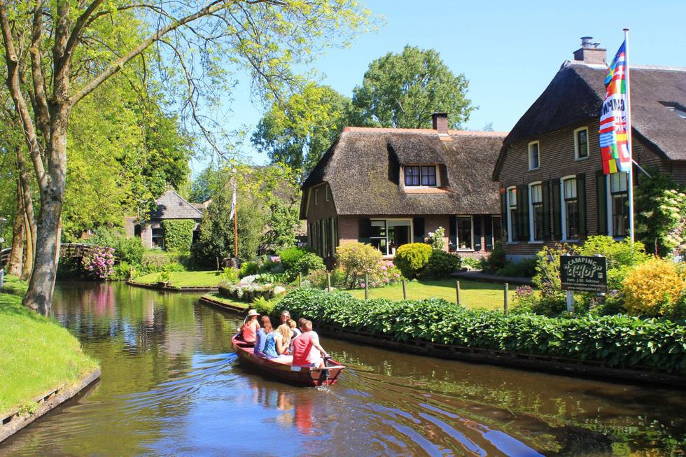 10 ngôi làng ở châu Âu khiến khách ngẩn ngơ - Ảnh 6.