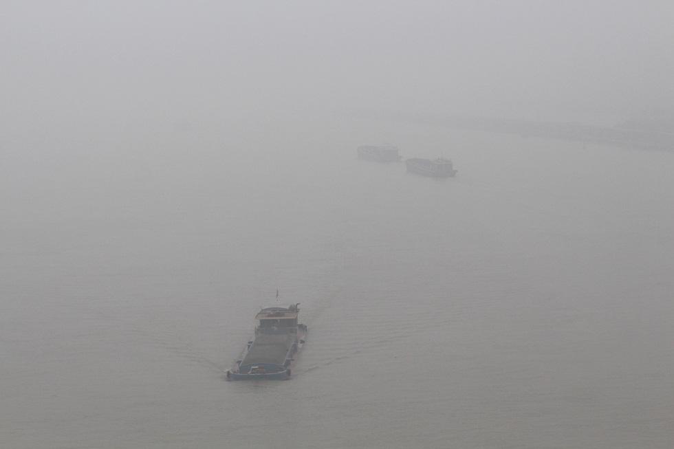 Đến gần trưa, Hà Nội vẫn chìm trong sương mù - Ảnh 6.