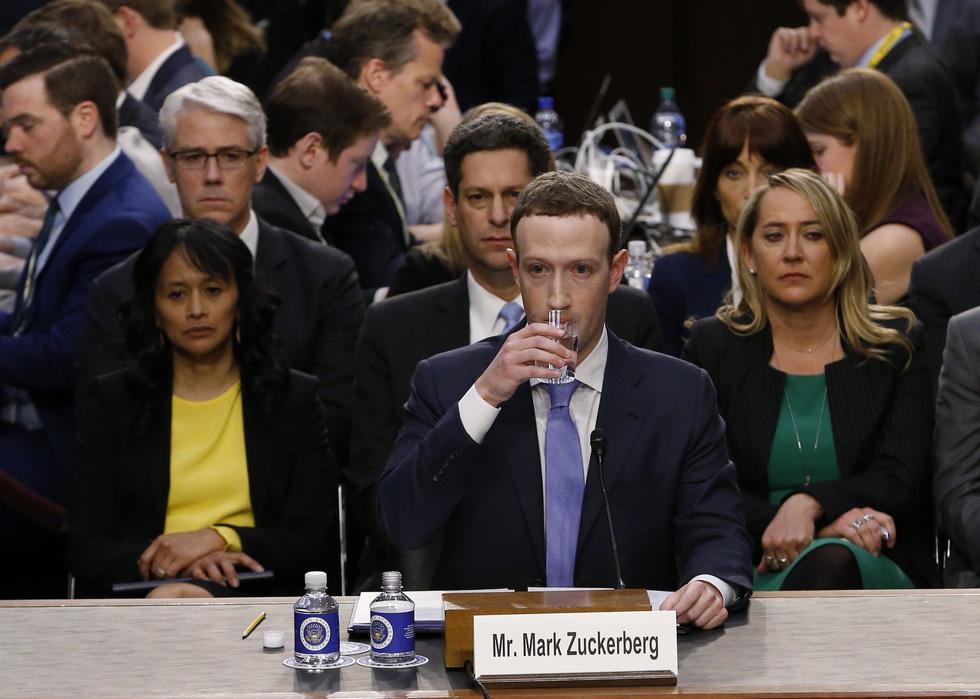 Hình ảnh biết nói trong phiên điều trần của ông chủ Facebook - Ảnh 3.