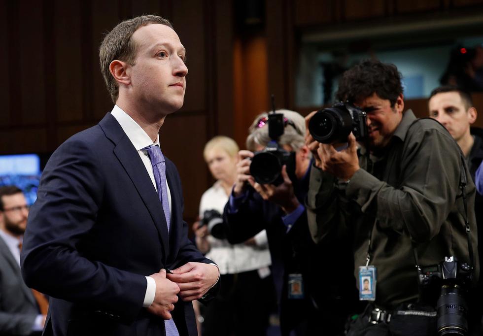 Hình ảnh biết nói trong phiên điều trần của ông chủ Facebook - Ảnh 2.