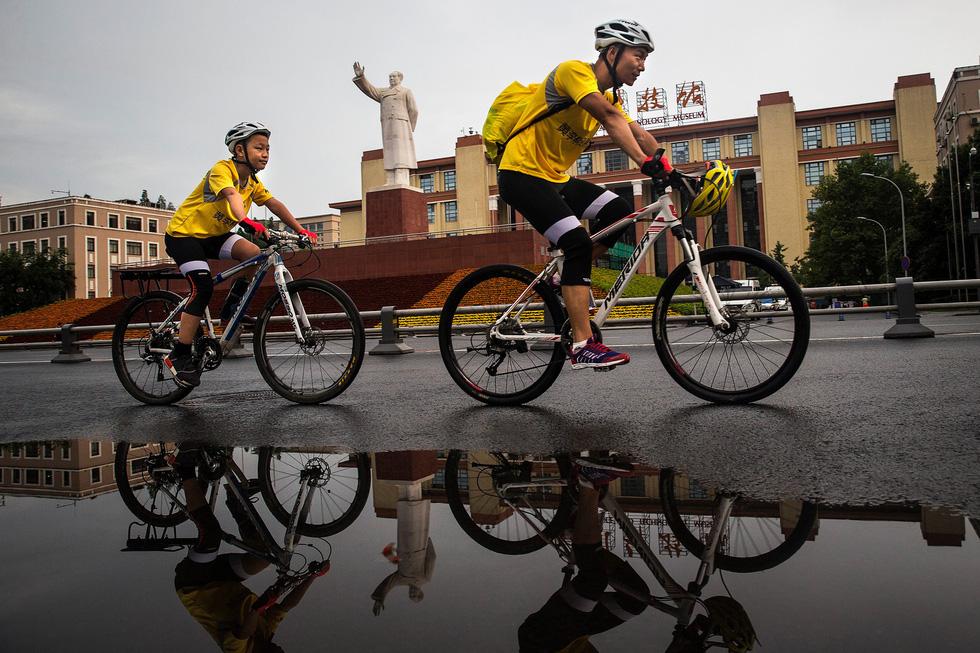 Bài học đầu đời cho con trai: đạp xe chinh phục Tây Tạng - Ảnh 2.