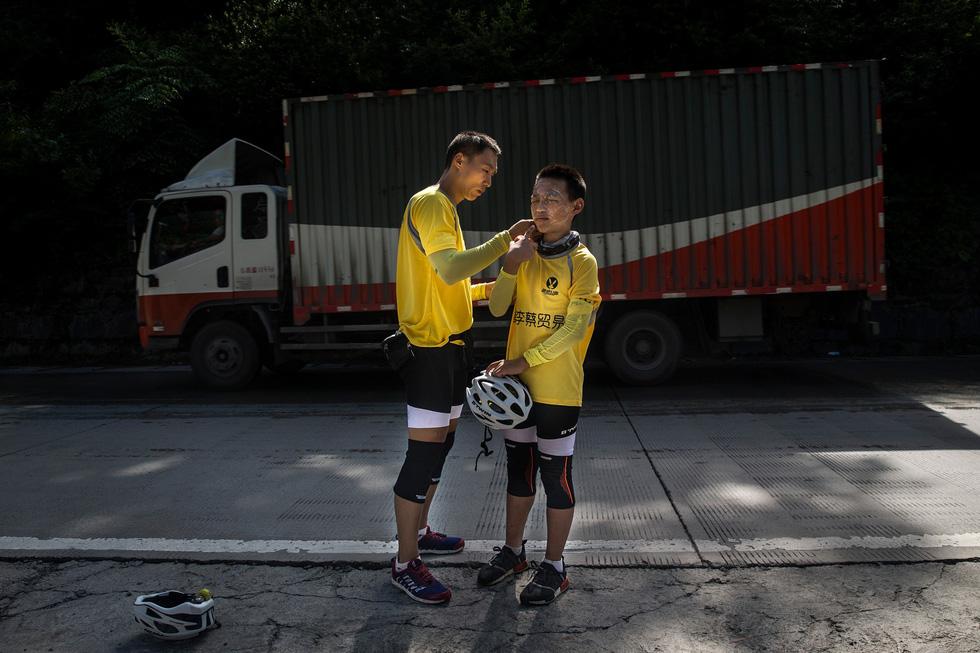 Bài học đầu đời cho con trai: đạp xe chinh phục Tây Tạng - Ảnh 3.