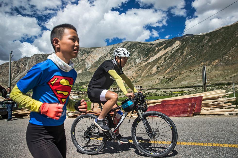Bài học đầu đời cho con trai: đạp xe chinh phục Tây Tạng - Ảnh 12.