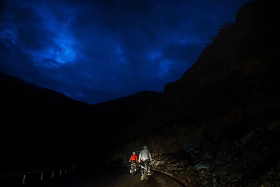 Bài học đầu đời cho con trai: đạp xe chinh phục Tây Tạng - Ảnh 9.