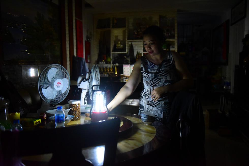 Cư dân Carina sống trong cảnh đèn dầu - Ảnh 1.
