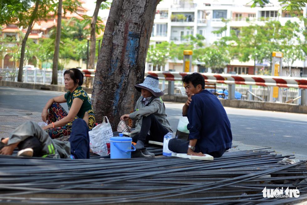 Người Sài Gòn mệt mỏi với cái nóng hầm hập giữa trưa - Ảnh 2.