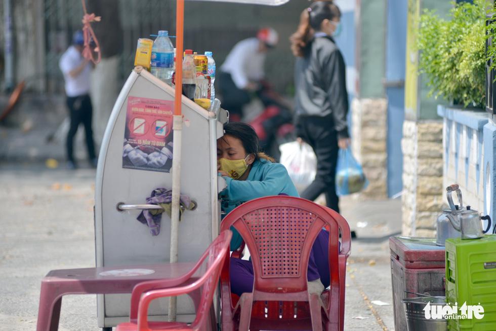 Người Sài Gòn mệt mỏi với cái nóng hầm hập giữa trưa - Ảnh 3.
