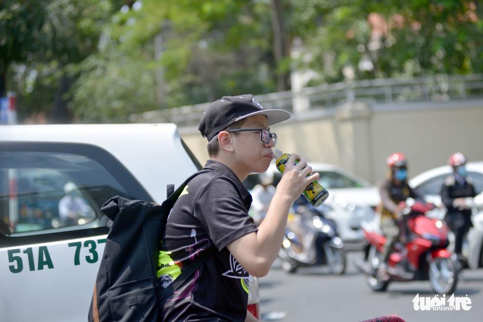 Người Sài Gòn mệt mỏi với cái nóng hầm hập giữa trưa - Ảnh 4.