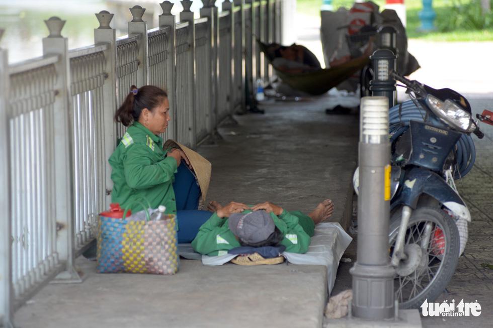 Người Sài Gòn mệt mỏi với cái nóng hầm hập giữa trưa - Ảnh 5.