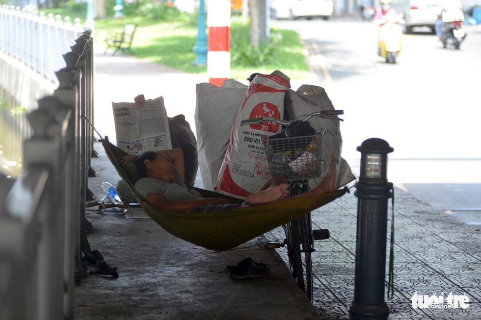 Người Sài Gòn mệt mỏi với cái nóng hầm hập giữa trưa - Ảnh 6.