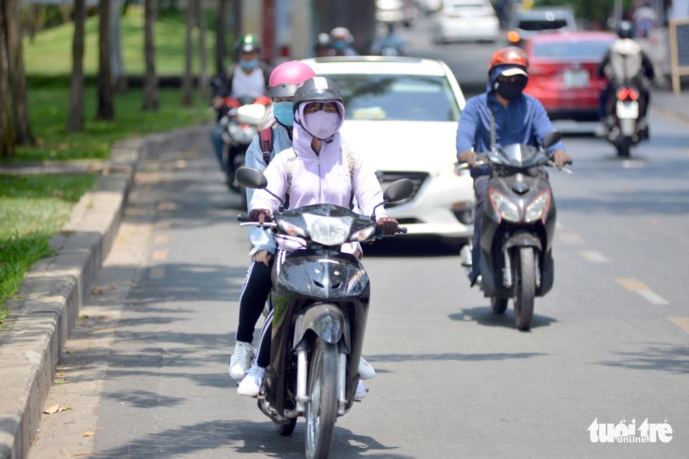 Người Sài Gòn mệt mỏi với cái nóng hầm hập giữa trưa - Ảnh 7.