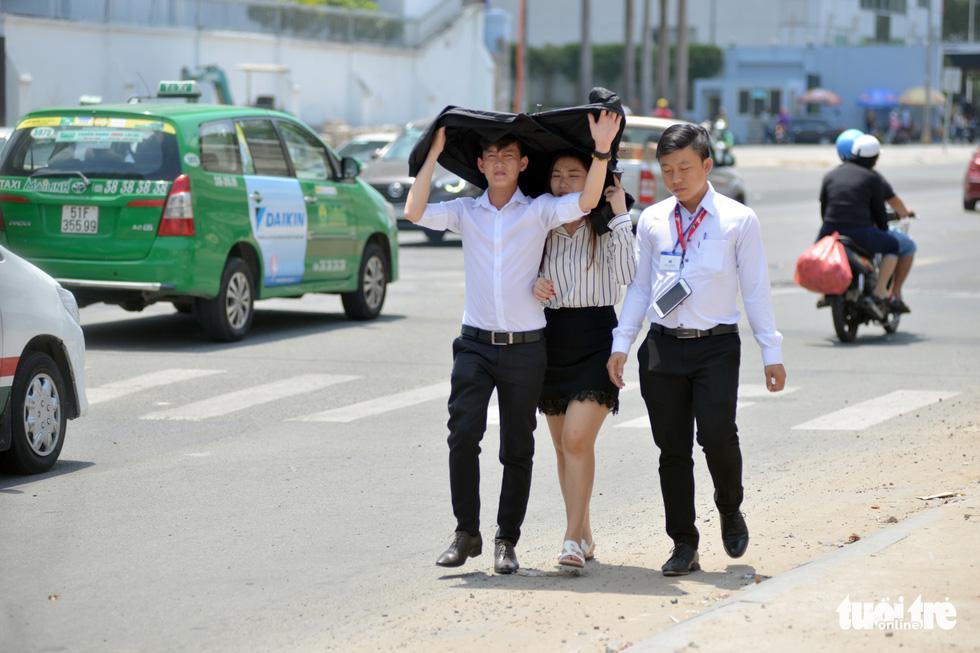 Người Sài Gòn mệt mỏi với cái nóng hầm hập giữa trưa - Ảnh 8.