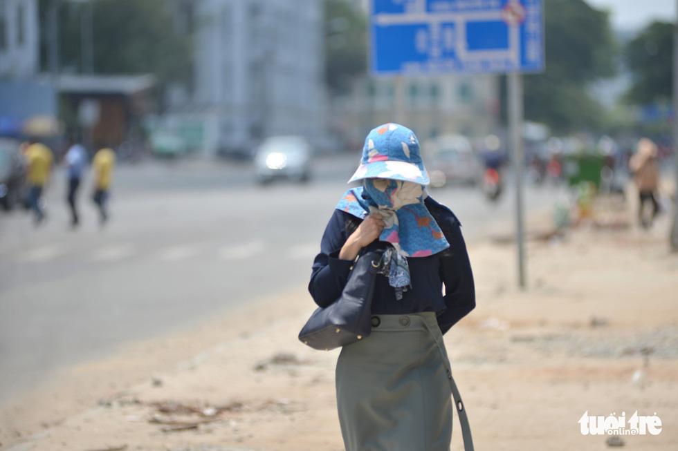 Người Sài Gòn mệt mỏi với cái nóng hầm hập giữa trưa - Ảnh 1.
